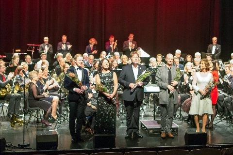 APPLAUS: Slemmestad ungdomskorps, Asker musikkorps  med Thormod Rønning Kvam, Tone Braaten, Geir Arne Haugsrud, Erling J. Myrseth og konferansier Hilde Hummelvoll fikk stående applaus etter konserten.