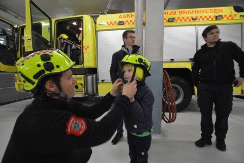 STOR STAS: Thomas Wisløff og sønnen Sebastian fikk en ordentlig omvisning på Gjettum brannstasjon.