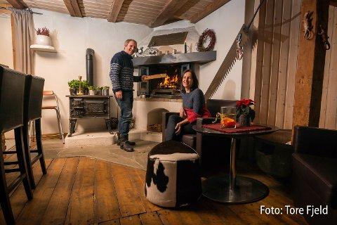 SKIKAFE: F.V Helge T. Zimmer og Virginija Sinickiene holder åpen kafe på Grønsand Gjestegård alle helger frem til påske.