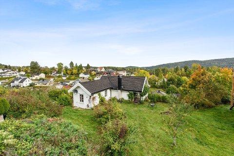 SJARMERENDE: Det lille hvite huset i Sætre har fått mange til å laste ned prospekt og melde seg på visning.