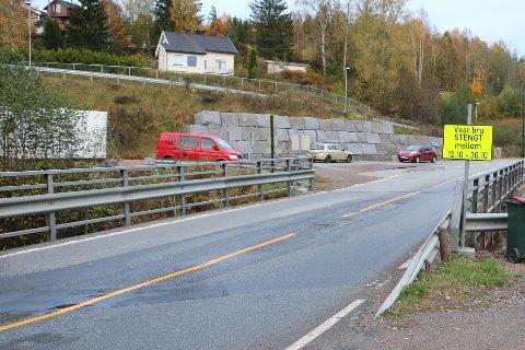 STENGER: Denne broen stenger 12. oktober. Den åpner antakelig riktignok igjen etter to uker, og ikke 30. oktober, slik skiltene angir.