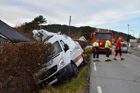 BERGING: Tor Erik Dahl i Røyken redning trenger flere mannskaper for å berge bilen i Bjørnstadveien.