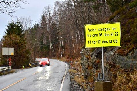 STENGES: Storsandveien vil bli stengt onsdag 16 desember kl 22 og frem til torsdag 17 desember kl 0500, omkjøring blir skiltet via Klokkarstua.