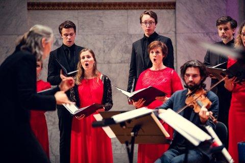 KORØVELSE: Fredag rigger Det Norske Solistkor seg til i Teglen, og byr på nasjonal korøvelse på nett. – Alle som vil være med å synge kan henge seg på, sier dirigent Grete Pedersen.