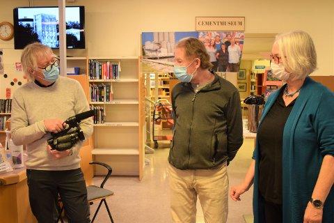 "MARKERING: Rolf ""Mulen"" Karlsen og de tidligere biblioteksjefene Hans Christian Holtfodt og Liv Holmesland, er til stede på markeringen av bibliotekets siste åpningsdag i bygget hvor det har holdt til i nesten 30 år."