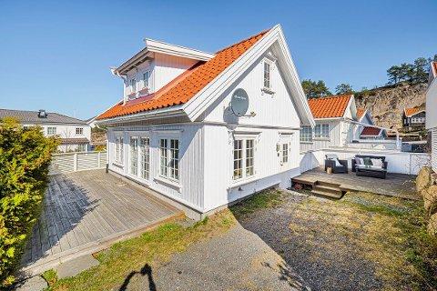 SØRLANDSIDYLL: Denne fritidseiendommen midt i Holmsbu med en pris på 2,8 millioner kroner ble straks solgt langt over prisantydning. Hytter med pris i midtsjiktet, altså mellom to og fem millioner kroner, er det folk flest vil ha nå.