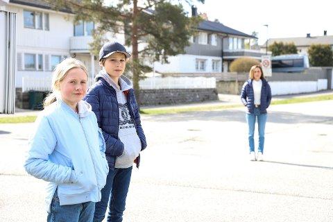 MISTET SKOLESKYSSEN: Sara Stokker og Ole Noa Lilloe-Wall er blant barna som har mistet skoleskyssen. I bakgrunnen skimtes Ole Noas mamma Elin Lilloe-Wall som også er Fau-leder ved Sydskogen.
