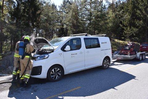 BILBRANN: Det  oppsto brann i motorrommet på en bil tilhørende Asker Drift onsdag formiddag. Bilen ble stående i i svingen rett ved Filtvet kirke.