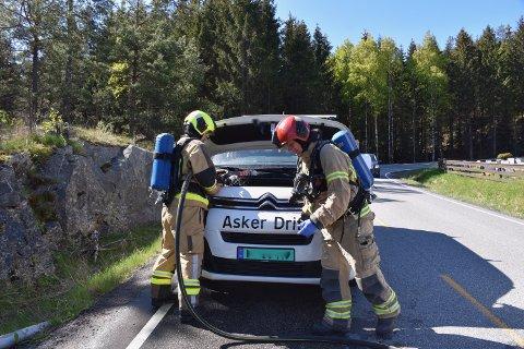 RASKT: Brannvesenet var raskt på stedet og fikk slukket brannen i bilen.