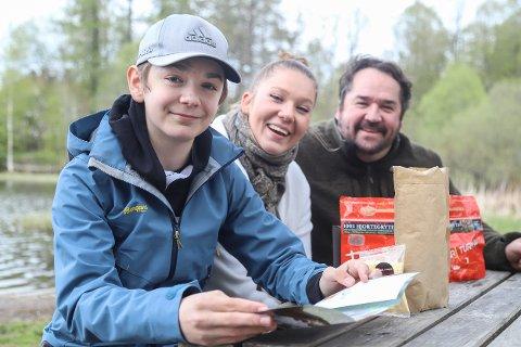 RÅ PÅ TURMAT: William (13), Ada(24) og pappa Jørn Tronrud (48) er folka bak Raa turmat som har sin base i Heggedal.