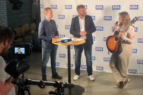 I AKSJON: Eirik Thorgersen og Frithjof Wilborn intervjuer en av artistene, Sarah Buljo.