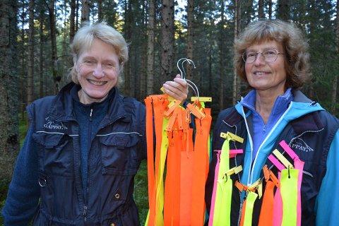 LØYPE: Laila Bruun og Bjørg Jacobsen setter ut sporingsløype i skogen ved Dikemark.