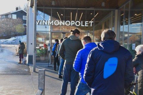 POLKØ: Ved Vinmonopolet i Sætre var det lang kø i flere timer lørdag.