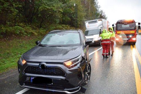 SMELL: Den ene bilen fikk en kraftig smell i ulykken (varebilen i bakgrunn var ikke involvert i hendelsen).