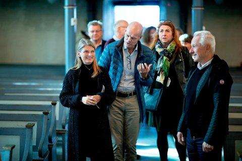 PÅ VISNING: Ordfører Lene Conradi og resten av formannskapet i Asker ble invitert med på befaring i Hurum middelalderkirke. Gruppen var også på befaring i Røyken middelalderkirke og kunstnerkirken i Holmsbu.