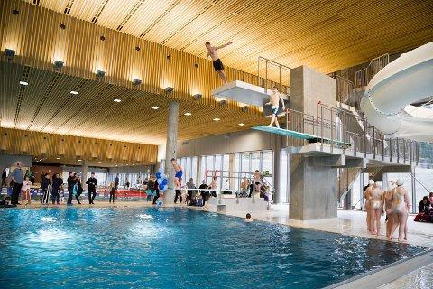 FORTSATT STENGT I HALLEN: Svømmehallen på Røykenbadet holder fortsatt stengt for voksne, og vil ikke bli åpnet før det er tatt en ny vurdering av smittenivået i kommunen.