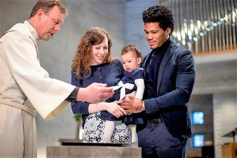 ENDELIG: Sogneprest Ragnar Elverhøi sier det er en del familier som har ventet lenge med barnedåp i påvente av å kunne ha flere gjester med i kirka. - Nå kommer det flere som vil holde barnedåp, selv om vi har en del kirker som ikke er store nok til mange deltakere, sier han.