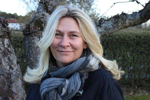 HAR PROGRAMMET KLART: Linda Marthinsen, prosjektleder for Åpen kirke i Asker, har programmet klart for Hurum Kirke gjennom sommeren.
