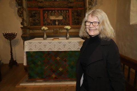 KUNSTNEREN: Solveig Aalberg er godt fornøyd med teppet som nå bekler alteret i Røyken kirke fra 1229.
