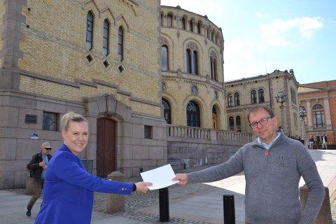 ENDRINGER: Norsk Hyttelags generalsekretær Audun Bringsvor overleverer forslagene til endringer i tomtefesteloven til Lene Vågslid (Ap) på Stortinget.