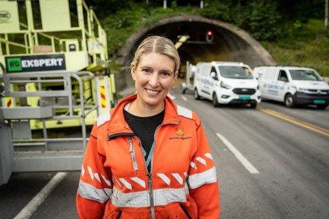 INGEN PLANER: Praktisk tunnelforvalter for tunnelene i Viken sør,AnineKalmoLarsen, sier det ikke er noen planer om å merke brannslokkingsapparatene så de blir mer synlige for bilistene.