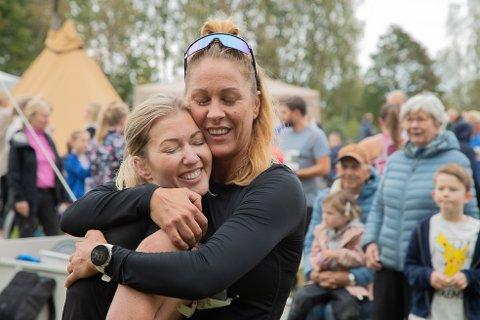 GLEDE: Marie Myhre (t.h) og Marianne Hørven jubler over at  Marianne nådde målet om å gjennomføre hele runden på under timen.