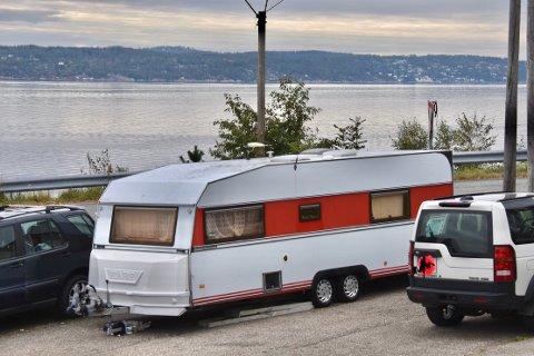 CAMPINGVOGN: Også denne campingvognen har blitt plassert på plassen. Det er uvisst om bilene er lagret her eller om de kun står parkert.