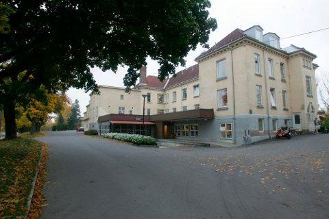 VIL SELGE: Vestre Viken som eier Blakstad sykehus i Asker, vil selge for å gjøre klart for boliger. Salgsplanene vekker harme, og møter politisk motstand.