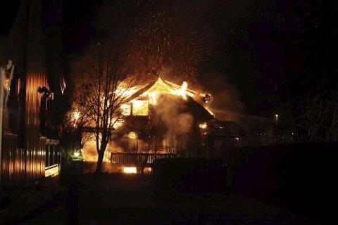 Full fyr: Huset på Wingejordet sto i full fyr da brannvesenet ankom. Foto: Stener Kalberg
