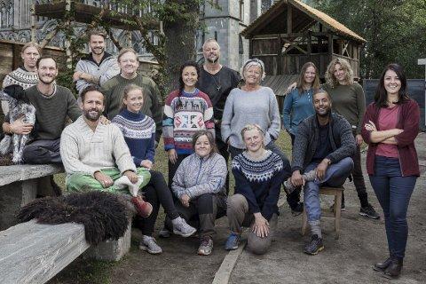 Med deltagerne: Selda Ekiz  fra Sande skal være «Anno»-programleder for tredje gang.Foto: NRK