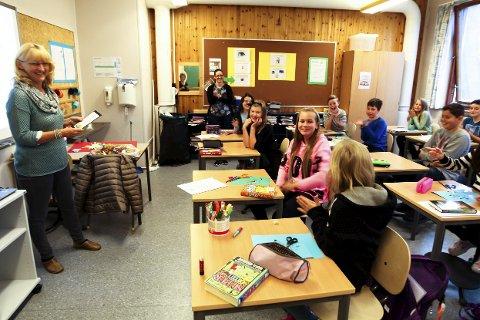 Sommerles: I fjor var det Erika Bjørløw (10) (rosa genser, midt i bildet) som vant «Sommerles» i Sande. Hele 61 bøker leste hun i løpet av sommeren. Biblioteksjef Brit Døvle Larssen (til venstre) delte ut premien, som var et gavekort på 500 kroner og frukt som Erika skulle dele med klassen.Arkivfoto: Lena Malnes