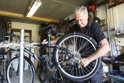 Reparatør: Einar Stenbrenden har verksted i garasjen sin hjemme i Kalmoveien. Men i helgen tar han med seg verktøyet ned  på Torget og Økofestivalen.Foto: Lena Malnes