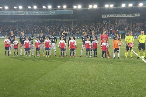 Populær oppgave: Sande sportsklubb G10 var maskoter under kampen mellom Godset og Vålerenga. Foto Cecilie Halvorsen