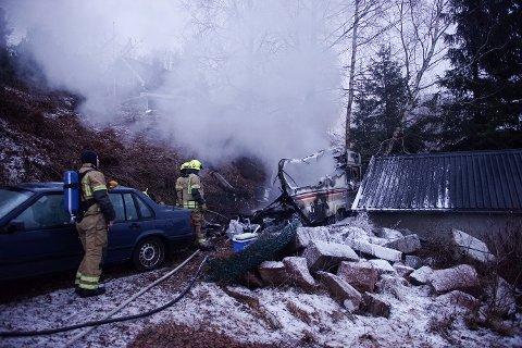 Det var ikke mye igjen av campingvogna 30 min etter at brannvesenet rykket ut.