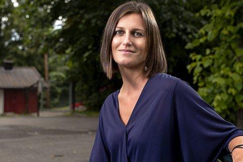 Ny bok: Forfatter Helga Flatland er i høst aktuell med boka «En moderne familie». Torsdag i Litteraturuka kommer hun til Sande. Foto: Niklas Lello