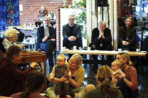 Unge og eldre: Biskop Per Arne Dahl fikk overvære babysang på Sandetun pleie og rehabilitering onsdag. Alle foto: Lena Malnes