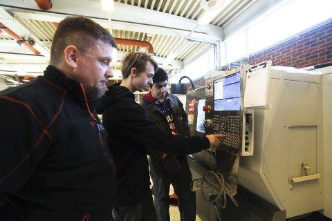 Ny maskin: Lærer Egil Bryn følger med når elevene Nikolai Eggar Nilsson og Timor Dadras prøver ut CNC-maskinen. Foto: Lena Malnes