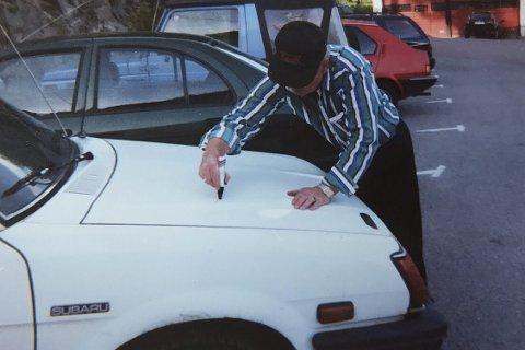 Autograf: Sputnik signerte bilen til Knut Rønningen under sitt forrige opphold i Sande. Foto: Knut Rønningen