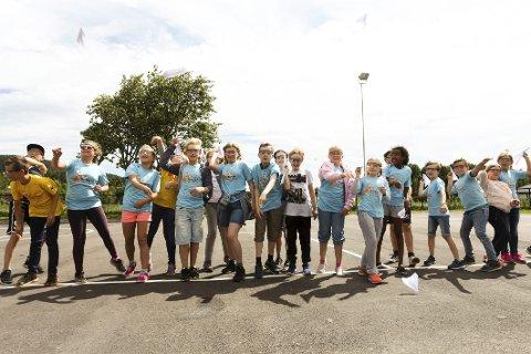 Ivrige deltagere: – Tre-to-en, roper kursholder Sverre, og elevene trår til og kaster papirflyene sine så langt de bare kan.Alle foto: Lena Malnes