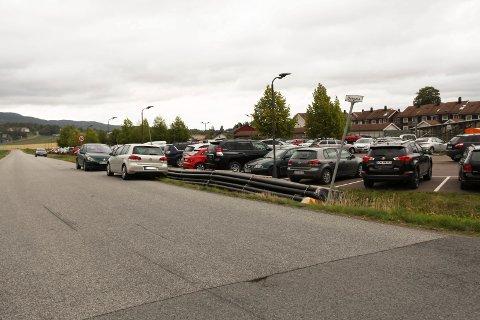 Biler har stilt seg langs gaten fordi det ikke var plass inne på parkeringen.