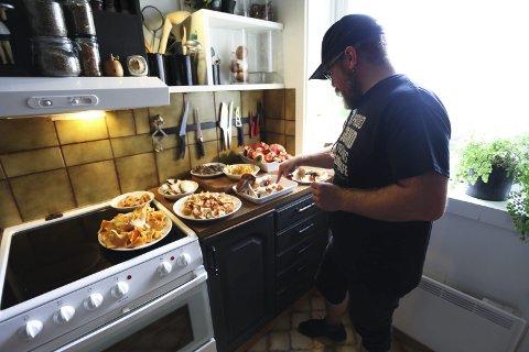 Nå på høsten bruker Tor Baklund mye av sin fritid på sopp: Sanking, rensing, matlaging, tørking og lagring. På kjøkkenbenken står soppfangsten fra dagen før.