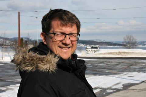KOMMUNESAMMENSLÅING: Per N. Sørensen, alias Nordigarden som fôret sportskommentatorene Jon Herwig Carlsen og Kjell Kr. Rike med limericker om ski, er i vinden igjen. Nå om kommunesammenslåingen Sande-Holmestrand.