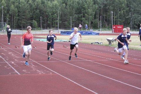 Satser: 12 års gutta kjemper på 60 m. Begge foto: Tone Simensen