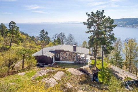 MØRKASSEL: Denne hytta ble solgt til over en million kroner over takst.