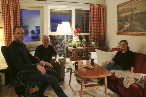 I Leiligheten: Hjemme i leiligheten satt Einar Stenbrenden sammen med dattener Siw og sønnen Anders. Einar har ikke vært tilbake i leiligheten etter dette bildet ble tatt, men familien håper at han kan tilbakeføres til Sandetun for rehabilitering.