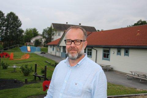 Knut Vidar Hoholm foran Galleberg barnehage i Sande.
