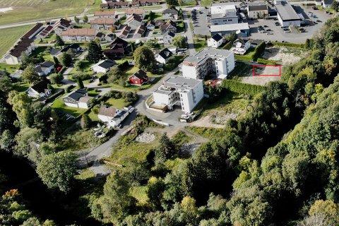 TIL SALGS: Det kommunale arealet, markert med rødt, blir trolig vedtatt solgt til utbygging.