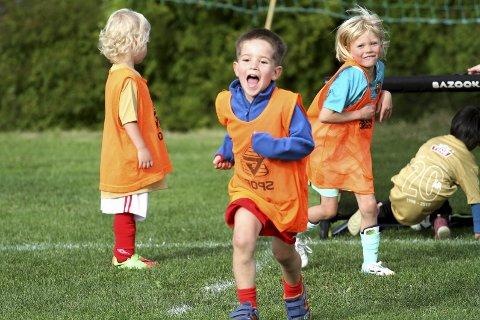 FRITIDSAKTIVITETER: Dersom Holmestrand blir prøvekommune for frikortordningen, kan flere barn få sjansen til å drive med fritidsaktiviteter. Her fra fotballskole på Hvitstein.