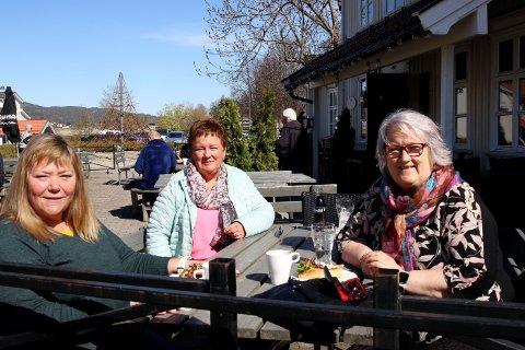 GLADE: Gunn Hege Backman (fra venstre), Karin Huseby og Inger Johanne Ulriksen er glade for at det igjen går an å bestille mat og drikke på Stasjonsgaarden.