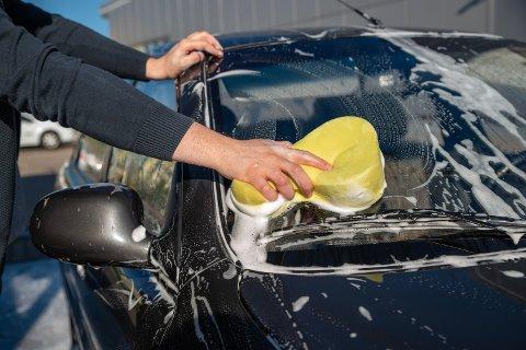 BILVASK: Mange synes bilvasken er en trivelig jobb, men flere steder er det faktisk forbudt å vaske bilen hjemme.